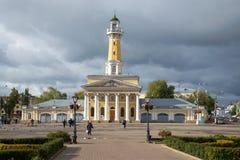 Caserma dei pompieri del monumento storico al di sotto del giorno tempestoso di settembre del cielo Kostroma, Russia Immagini Stock Libere da Diritti