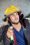 Caserma dei pompieri di Holding Torch At del pompiere fotografia stock libera da diritti