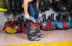 Caserma dei pompieri di Wearing Uniform At del pompiere fotografia stock