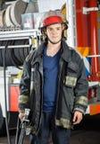 Caserma dei pompieri sicura di Holding Hose At del pompiere fotografie stock
