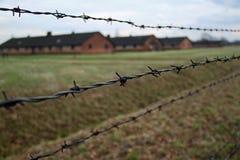 Casernas atrás do arame farpado campo de concentração de Auschwitz - de Birkenau Fotos de Stock