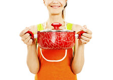Casero en un delantal que sostiene la cacerola con la comida lista, sopa imagen de archivo libre de regalías