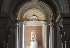 Caserta, Italia, una estatua en Royal Palace el 1 de noviembre de 2015 Foto de archivo libre de regalías