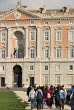 Caserta Italien 27/10/2018 Turister som besöker Royal Palace av Caserta fotografering för bildbyråer