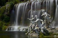 Caserta Royal Palace, estatua en gran cascada fotos de archivo