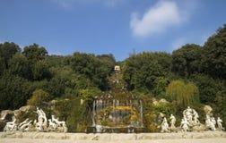 Caserta Royal Palace, estatuas y gran cascada Imagen de archivo
