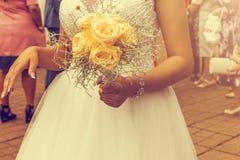 Casese nuevamente las manos del ` s de los pares con los anillos de bodas Tono del vintage Imágenes de archivo libres de regalías