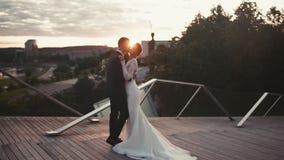 Casese nuevamente los abrazos y los besos cariñosos de los pares en la puesta del sol metrajes
