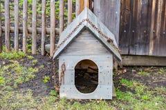 Caseta de perro de madera vieja Fotos de archivo libres de regalías