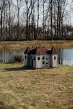 Caseta de perro en forma de un castillo en la orilla del río en un parque foto de archivo libre de regalías
