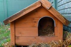 Caseta de perro vieja Foto de archivo