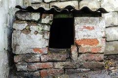 Caseta de perro vieja del ladrillo Fotografía de archivo
