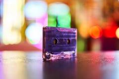 Casete audio de la hoja para el fondo borroso grabadora fotos de archivo