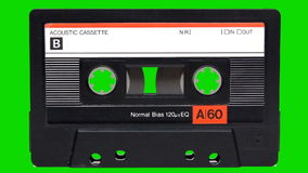 Casete audio que juega en un fondo de pantalla verde almacen de metraje de vídeo