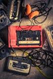Casete audio retro con los auriculares y el walkman Imagenes de archivo