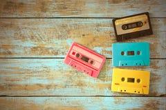 casete de cinta retro en la tabla de madera Fotografía de archivo