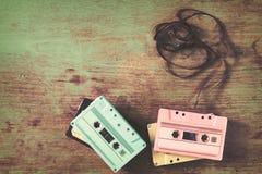 casete de cinta retro en la tabla de madera Imágenes de archivo libres de regalías