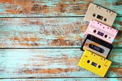 casete de cinta retro en la tabla de madera Fotografía de archivo libre de regalías