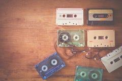 casete de cinta retro en la tabla de madera Imagenes de archivo