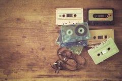 casete de cinta retro en la tabla de madera Fotos de archivo libres de regalías