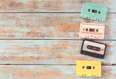casete de cinta retro en la tabla de madera Imagen de archivo