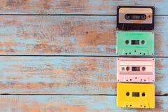 casete de cinta retro en la tabla de madera Imagen de archivo libre de regalías