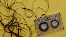 Casete de música retro con la ejecución enredada de la cinta afuera
