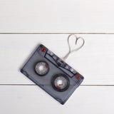 Casete del vintage con la cinta y el corazón de la forma Rose roja Imagen de archivo