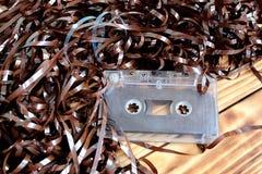 Casete retro para la grabadora con la película desenrollada foto de archivo