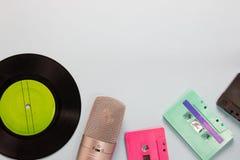 Casetes audios, micrófono y grabadora fotos de archivo libres de regalías