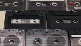 Casetes retros del acuerdo de la música en filas en una tabla