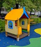 Casetta del gioco del ` s dei bambini nell'iarda Fotografia Stock