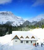Casetta della montagna nella neve di inverno Fotografie Stock Libere da Diritti