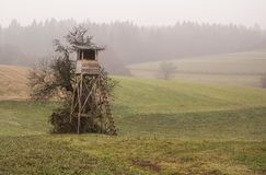 Casetta di caccia di legno nel campo Immagine Stock Libera da Diritti