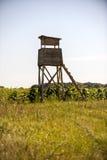 Casetta di caccia di legno nel campo Fotografie Stock