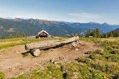 Casetta di legno del pastore con il paesaggio alpino della montagna in Austria Fotografia Stock