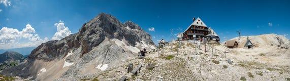 Casetta di Triglav su Kredarica, Slovenia - panorama fotografie stock libere da diritti