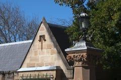 Casetta e portone dell'arenaria con il palo della luce d'annata immagine stock