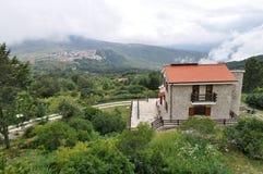 Casetta italiana in alta montagna nelle nuvole Immagine Stock