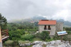 Casetta italiana in alta montagna nelle nuvole Fotografia Stock Libera da Diritti