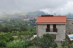 Casetta italiana in alta montagna nelle nuvole Fotografia Stock