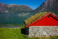 Casetta norvegese nazionale con un'erba su un tetto Fotografia Stock