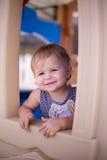Casetta per giocare felice di sorriso della ragazza Fotografia Stock Libera da Diritti
