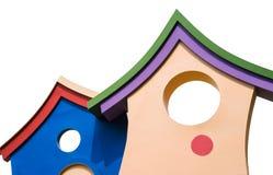 Casetta per giocare variopinta alta chiusa dei bambini con il tetto isolato su bianco Fotografie Stock