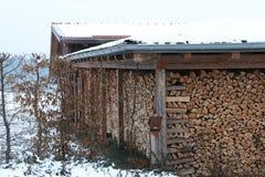 Casetta per legna da ardere nell'orario invernale immagini stock libere da diritti