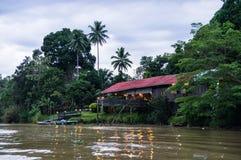 Casetta scalza sul fiume di Kinabatangan, Sabah, Borneo di Sukau Fotografia Stock Libera da Diritti