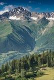 Casetta sotto l'alta montagna Immagini Stock Libere da Diritti