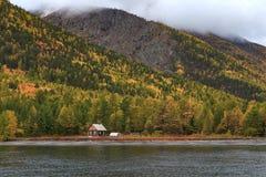 Casetta su un fondo di una foresta di autunno Fotografie Stock Libere da Diritti