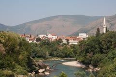 Casette nella città della riva del fiume Fotografia Stock