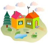 Casette rurali ed il gatto che cammina nell'iarda Immagini Stock Libere da Diritti